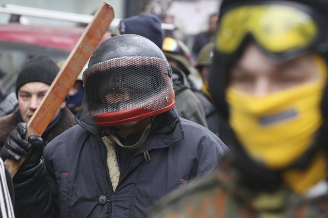 Des opposants manifestent à Kiev, le 14 février.... (PHOTO KONSTANTIN CHERNICHKIN, REUTERS)