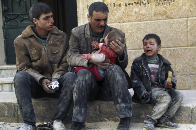Un homme tient dans ses bras un bébé... (Photo Hosam Katan, Reuters)