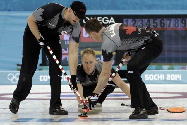 Brad Jacobs (au centre) et l'équipe masculine canadienne... (PHOTO INTS KALNINS, REUTERS)