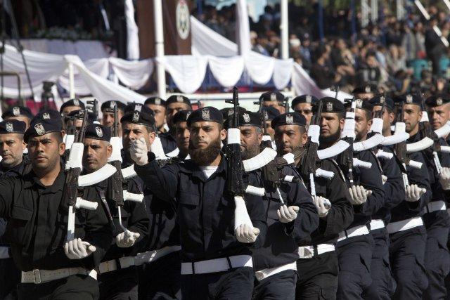 Des policiers du Hamas font une parade lors... (Photo Mahmud Hams, AFP)