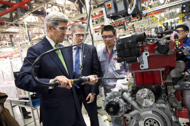 John Kerry a visité une société américano-chinoise produisant... (PHOT EVAN VUCCI, REUTERS)