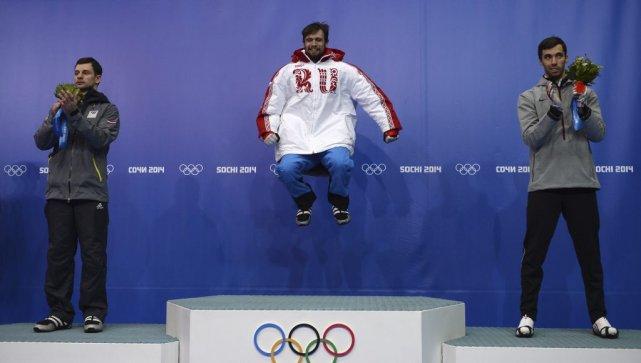Alexander Tretiakov (au centre) a sauté sur la... (PHOTO LIONEL BONAVENTURE, AFP)
