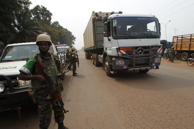 Des soldats de la paix africains escortent un... (PHOTO LUC GNAGO, REUTERS)