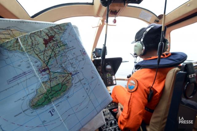 Les recherches avaient été interrompues samedi après-midi vers... (PHOTO SONNY TUMBELAKA, AFP)