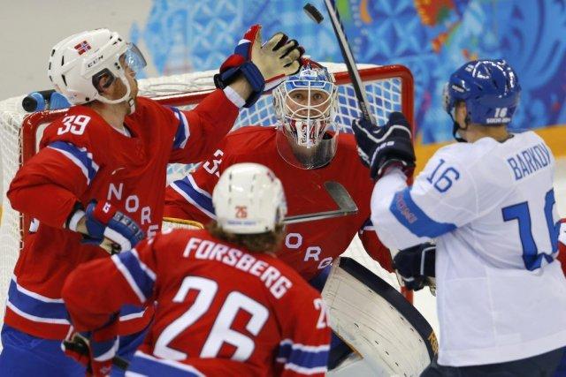 L'attaquant finlandais Aleksander Barkov, à droite, s'est blesséau... (PHOTO LASZLO BALOGH, REUTERS)