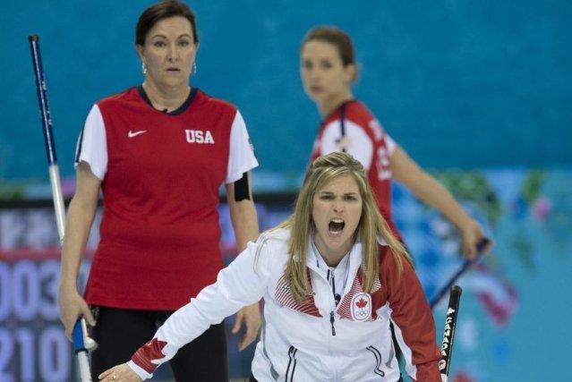 La capitaine canadienne Jennifer Jones (à l'avant) crie... (PHOTO LA PRESSE CANADIENNE)