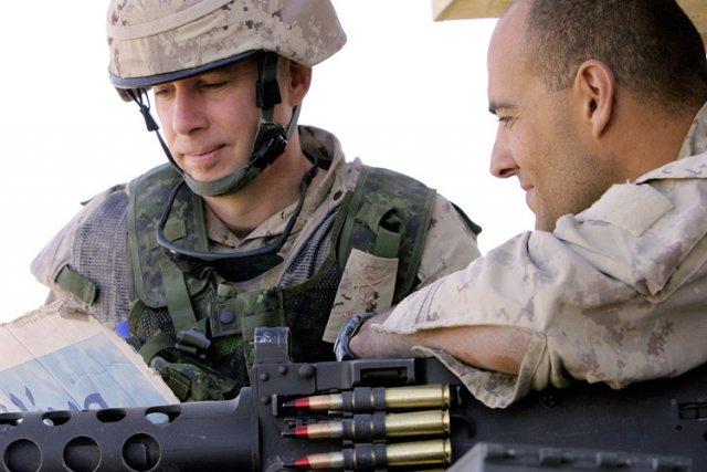 Andrew Leslie (à gauche)dans la région dePashmul, enAfghanistan,... (Archives AFP)