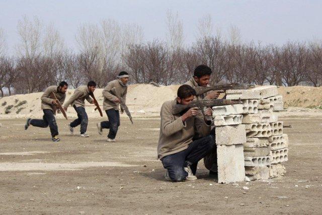 Des recrues de l'Armée syrienne libre s'entraînent àal-Ghouta,... (Photo Reuters)