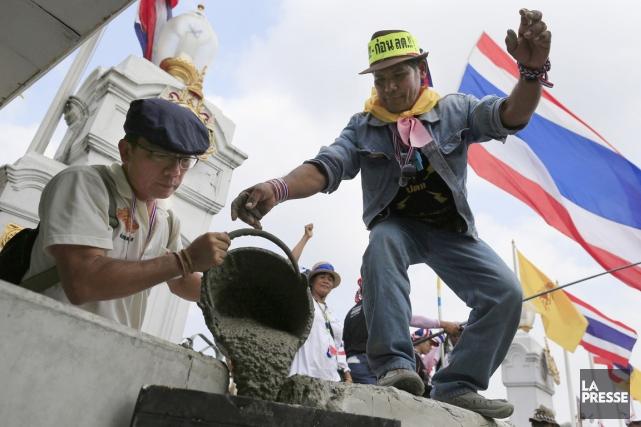 Selon un photographe de l'AFP, les protestataires ont... (PHOTO WASON WANICHAKORN, AP)
