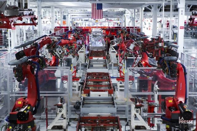 Tesla, qui vend ses voitures au prix de... (PHOTO NINON PEDNAULT, LA PRESSE)