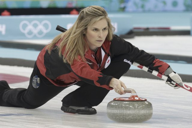 La capitaine Jennifer Jones a guidé l'équipe canadienne... (Photo Ints Kalnins, Reuters)