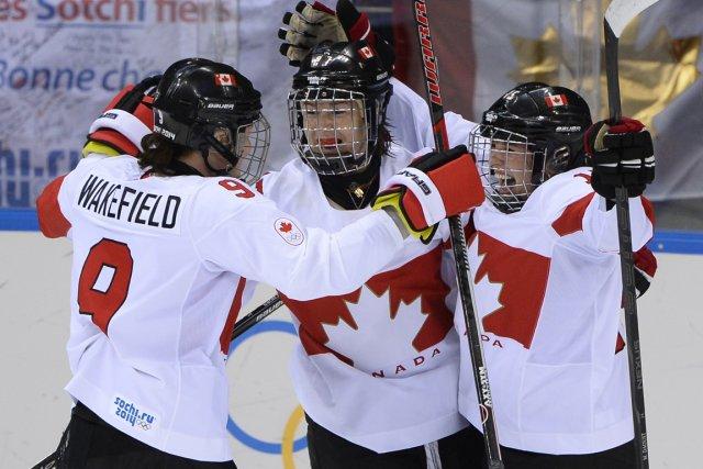 Mélodie Daoust (à droite) a célébré avec ses... (Photo Jonathan Nackstrand, AFP)