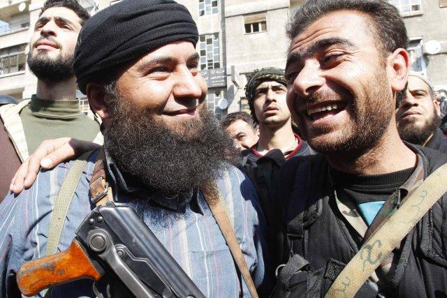 Un rebelle (à gauche) et un soldat loyaliste... (PHOTO KHALED AL-HARIRI, REUTERS)