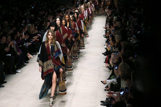 Burberry a présenté une collection avec des poncho-couvertures... (Photo SUZANNE PLUNKETT, Reuters)