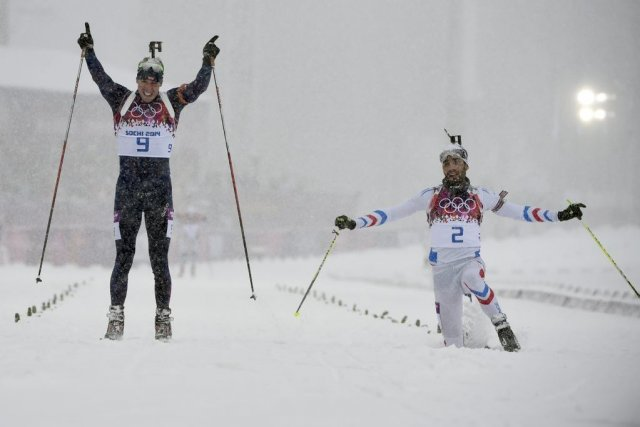 Emil Hegle Svendsen et Martin Fourcade à la... (Photo Odd Andersen, Agence France-Presse)
