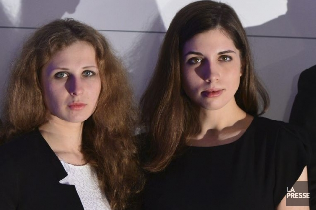 Maria Alekhina (à gauche) etNadezhda Tolokonnikova des Pussy... (PHOTO JENS KALAENE, AFP)