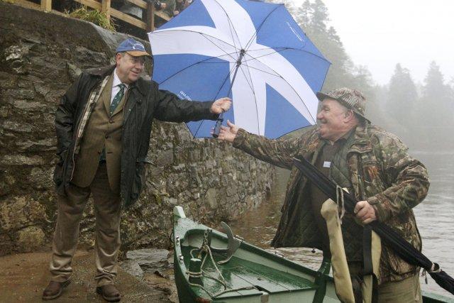 Le premier ministre écossais Alex Salmond prête un... (PHOTO ANDREW MILLIGAN, AP)