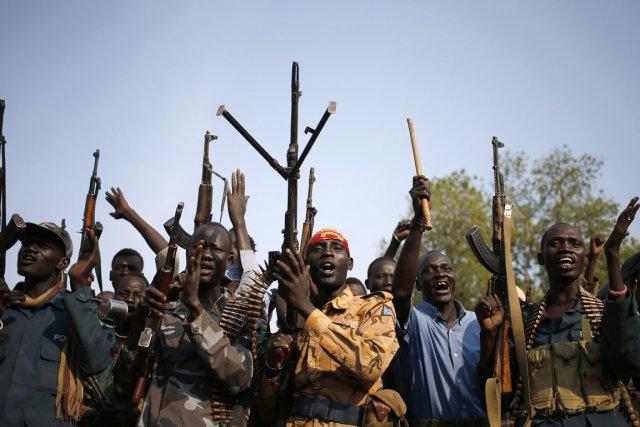 Des rebelles sont réunis dans un village de... (PHOTO GORAN TOMASEVIC, ARCHIVES REUTERS)