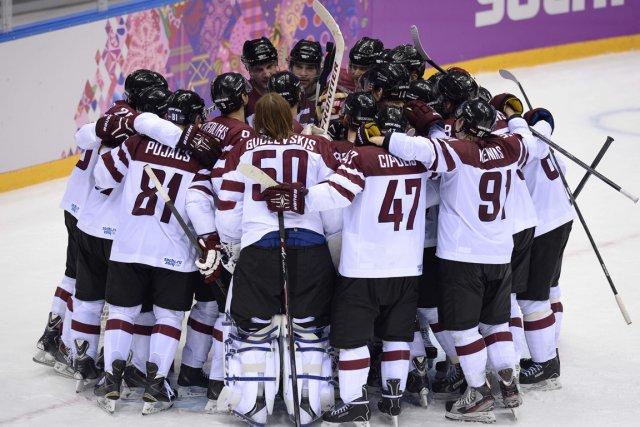 Les joueurs lettons célèbrent après avoir éliminé la... (Photo Alexander Nemenov, AFP)