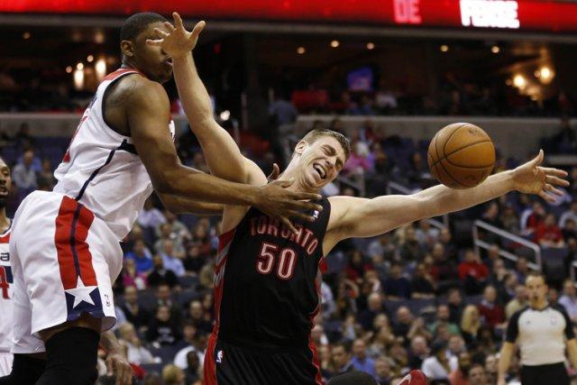 Kyle Lowry a obtenu 24 points et 10 passes, mardi, alors que les Raptors de... (Photo: Reuters)