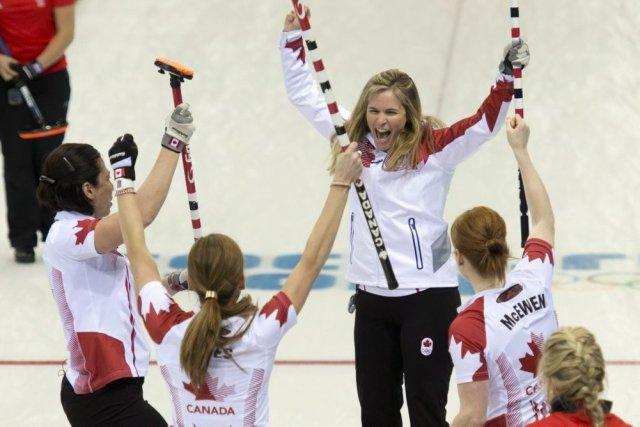 La skip canadienne Jennifer Jones (au centre) célèbre... (Photo Adrian Wyld, La Presse Canadienne)