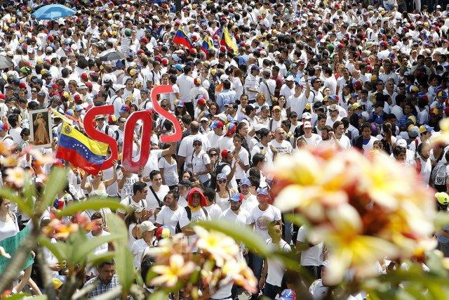 Des partisans de Leopoldo Lopez marchent à Caracas,... (PHOTO ELYXANDRO CEGARRA, AFP)