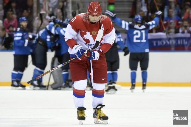 Alex Ovechkin s'éloigne, tête basse, des célébrations finlandaises.... (Photo Bernard Brault, La Presse)