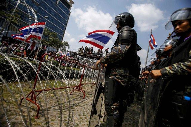 Des milliers de manifestants s'étaient de nouveau rassemblés... (Photo ATHIT PERAWONGMETHA, Reuters)