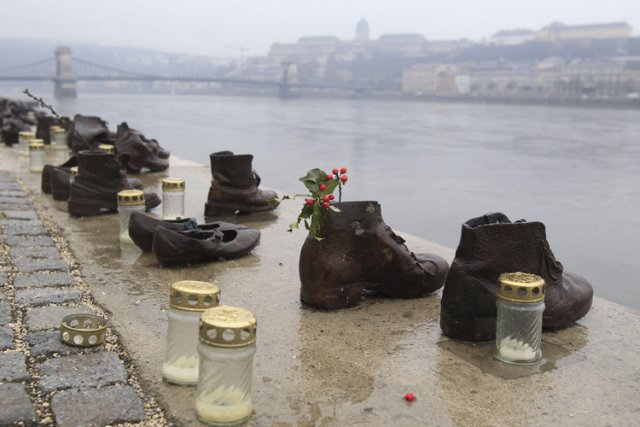 Les sculptures de chaussures sur la promenade du... (Photo: Reuters)