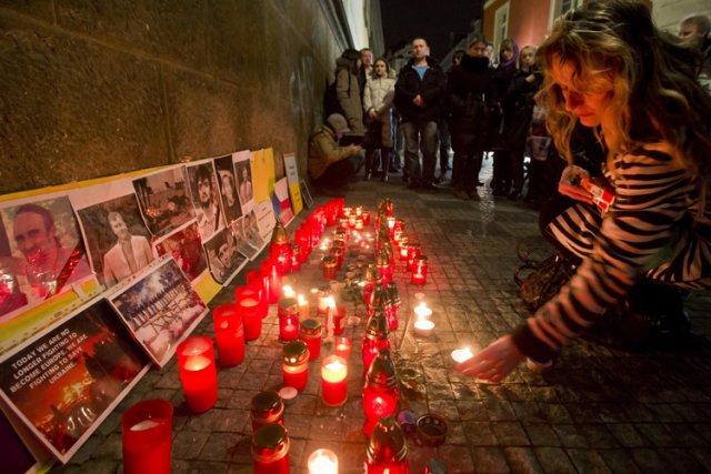 Des Ukrainiens résidant à Prague ont rendu hommage... (Photo: AP)