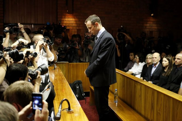 Le champion paralympique Oscar Pistorius est inculpé pour le meurtre de... (PHOTO MIKE HUTCHINGS, ARCHIVES REUTERS)