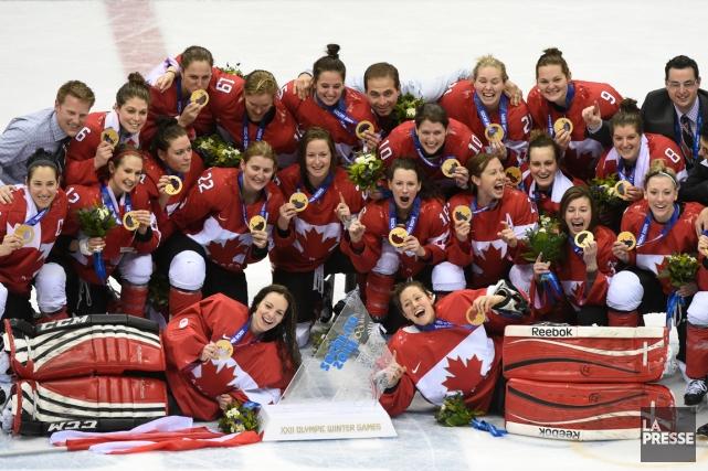 Les joueuses de l'équipe canadienne posent avec leurs... (Photo Bernard Brault, La Presse)