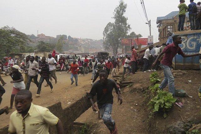 Après avoir utilisé des gaz lacrymogènes, les policiers... (Photo Jean-Baptiste Baderha, AFP)
