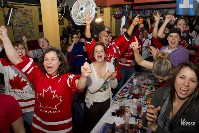 Les amateurs de hockey féminin réunis au Champs... (Photo André Pichette, La Presse)