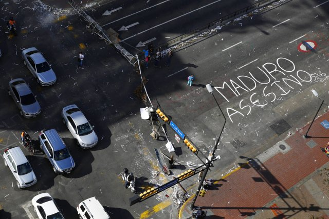 Des opposants bloquent une rue de Caracas, où... (PHOTO JORGE SILVA REUTERS)