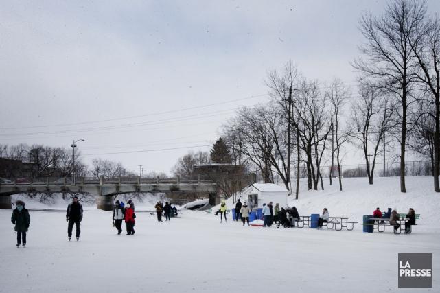 La patinoire sur la rivière L'Assomption est la... (PHOTO MARCO CAMPANOZZI, LA PRESSE)