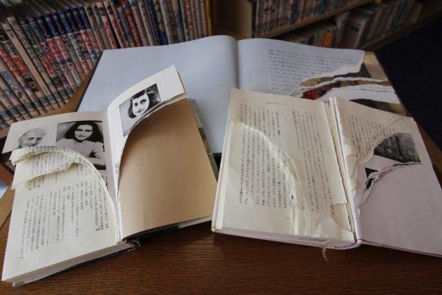 De nombreux exemplaires du Journal d'Anne Frank, un texte écrit par... (Photo: AP)