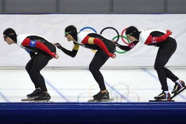Les patineurs canadiens Denny Morrison, Lucas Makowsky et... (Photo Damien Meyer, AFP)