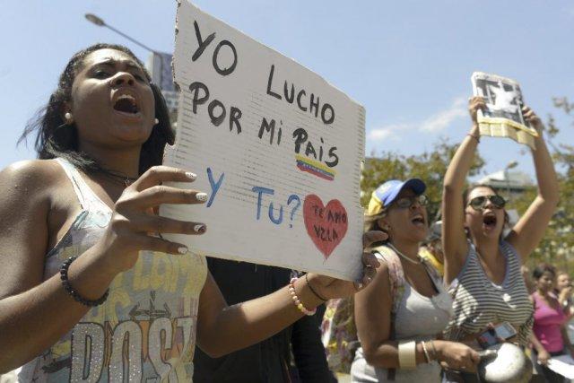 Des manifestants contre le gouvernement de Maduro, à... (Photo RAUL ARBOLEDA, AFP)
