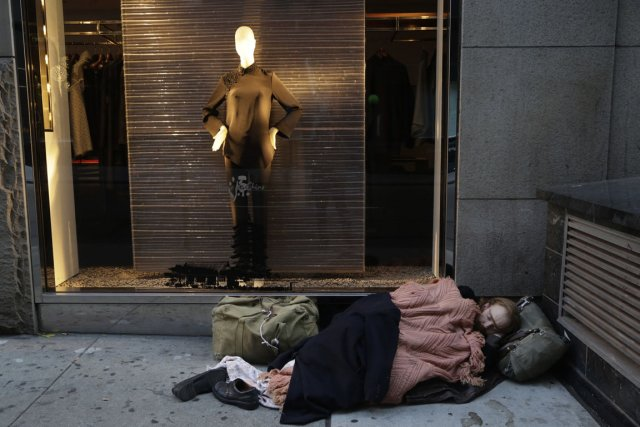Un sans-abri dort dans une rue de New... (Photo Mark Lennihan, archives AP)