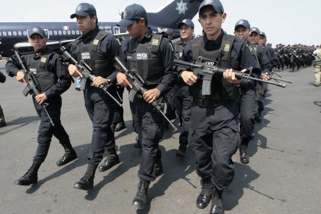 Des policiers mexicains en devoir.... (Photo Reuters)