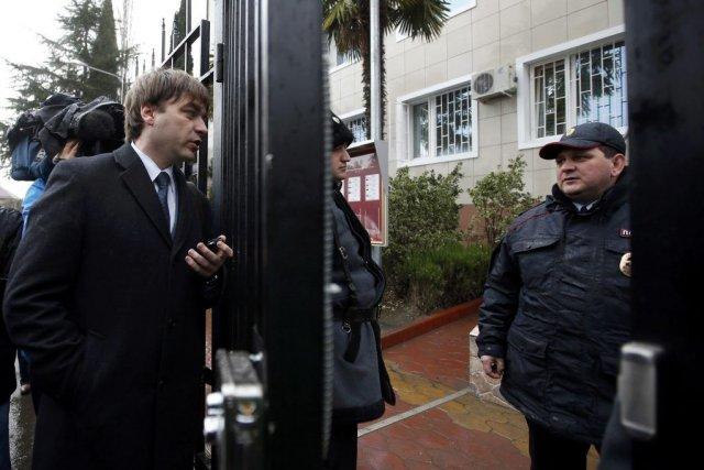 L'avocat Alexander Popkov discute avec un policier devant... (PHOTO ERIC GAILLARD, REUTERS)