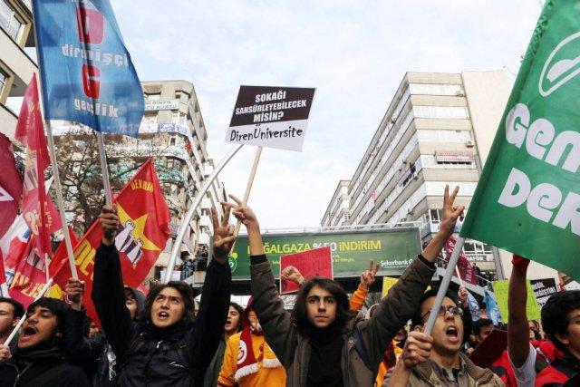 Les manifestants ont tiré des feux d'artifice sur... (Photo ADEM ALTAN, AFP)