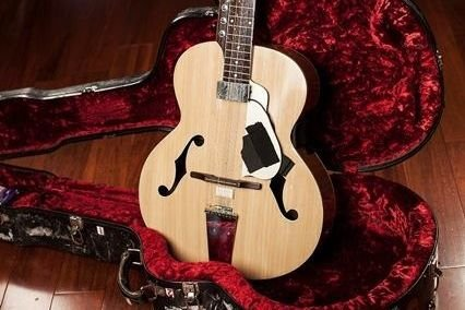Laguitare-sitar de 20 cordes deHarry Manx....