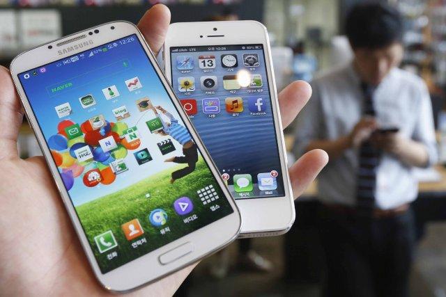 Des appareils de Samsung et d'Apple, côte à... (Photo KIM HONG-JI, Reuters)