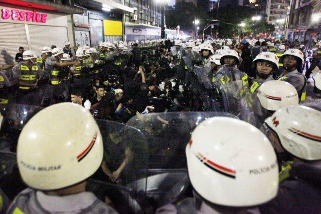 La police a dispersé avec des gaz lacrymogènes... (PHOTO PAULO WHITAKER, REUTERS)