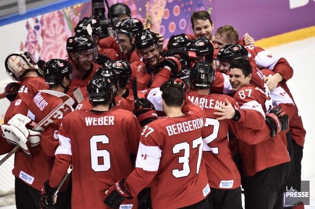 L'équipe canadienne de hockey masculin célèbre sa médaille... (La Presse Canadienne)