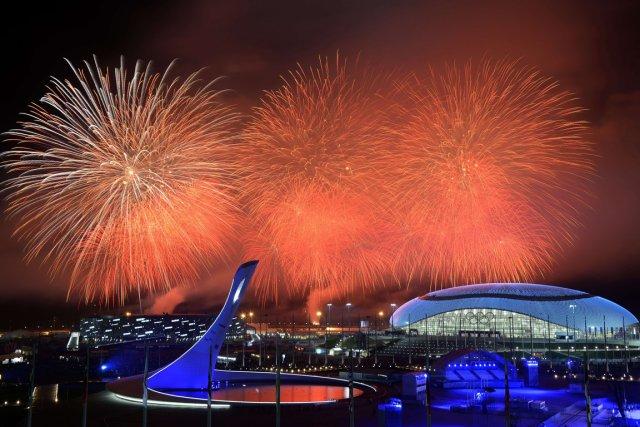 Des feux d'artifice au dessus du stade Fisht.... (PHOTO ALEXANDER NEMENOV, AFP)