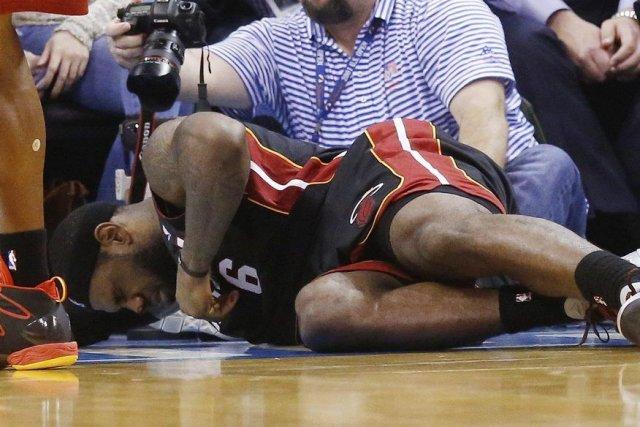 LeBron James s'est écroulé au sol après un... (PHOTO SUE OGROCKI, AP)
