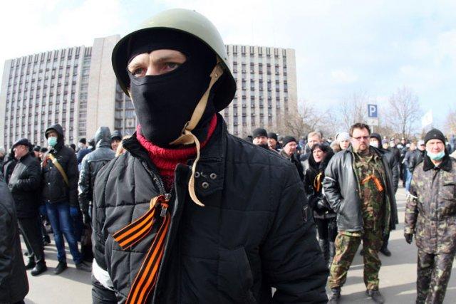 Des manifestants pro-Ianoukovitch ont tenté de calmer les... (Photo: AFP)